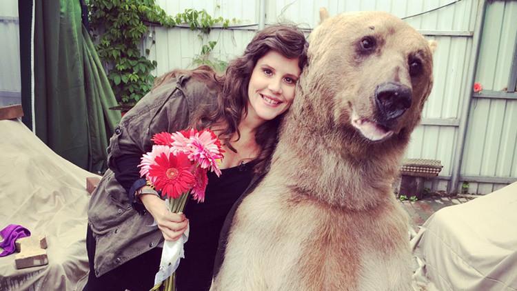 Fotos: RT pasa un día con Stepán, el oso que ve la televisión en familia y hasta riega las plantas