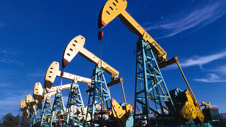 El petróleo Brent supera los 51 dólares el barril por primera vez en siete meses