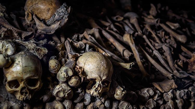 Una aldea birmana convierte una cueva llena de restos humanos en una zona de juegos