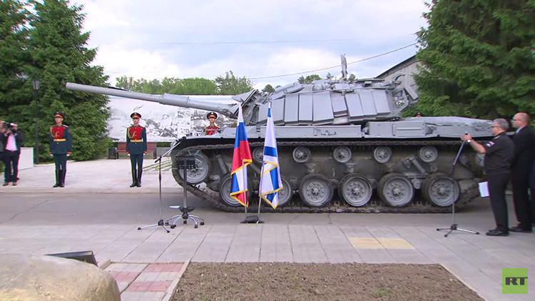 Video: Netanyahu se sube en Moscú a un tanque israelí capturado por los sirios en 1982