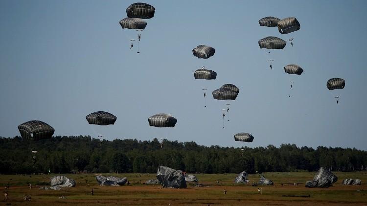Paracaidistas aterrizan durante los simulacros de la OTAN cerca de Torun en Polonia