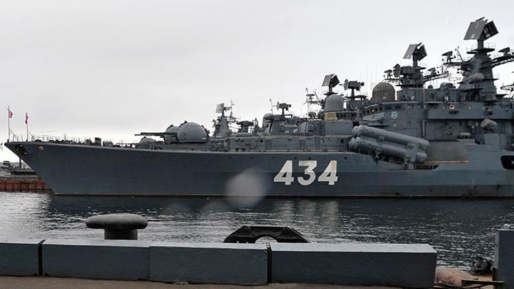 El destructor ruso Admiral Ushakov lleva a cabo disparos de artillería en el mar de Barents