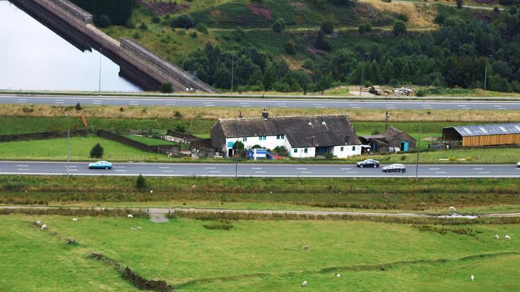 Desvelan el misterio de una granja inglesa situada en medio de una autovía