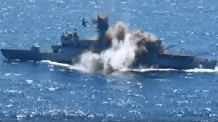 Video: Un buque de guerra turco destrozado en pedazos por un torpedo guiado