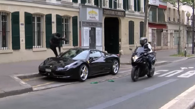 Eurocopa:Manifestantes destrozan un Ferrari en París (Video)