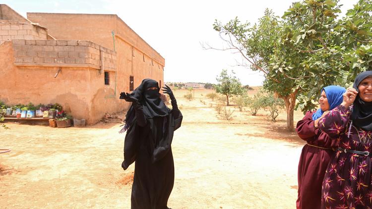 Anhelada libertad: mujeres sirias se quitan los burkas impuestos por el EI