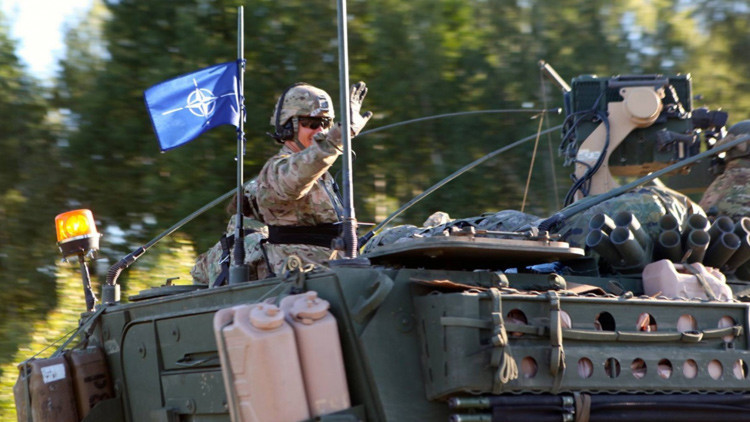 Los carros de combate de la OTAN se despliegan en Lituania