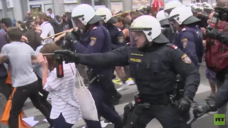 La Policía dispersa con gas pimienta una manifestación contra la inmigración en Austria (video)