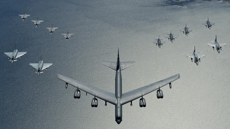 Bombarderos de EE.UU. B-52 realizan ejercicios con minas de entrenamiento cerca de la frontera rusa