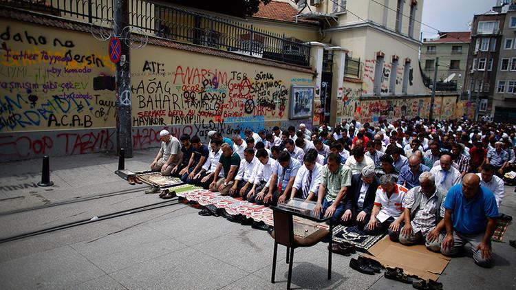 """Los que no rezan son """"animales"""": Declaraciones de un profesor de islam indignan a la sociedad turca"""