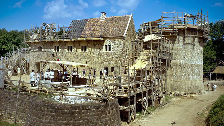 Video: Construyen un castillo con técnicas medievales en Francia