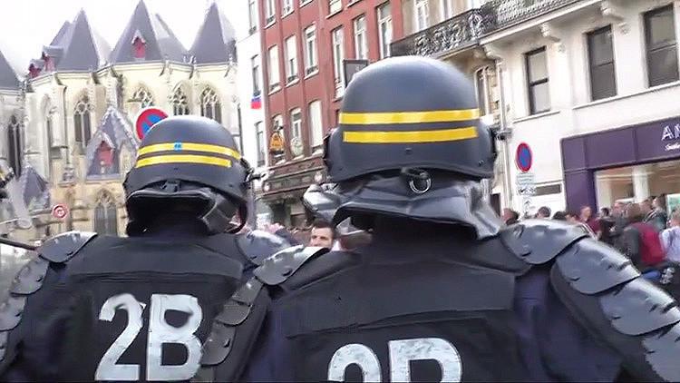 Video: La Policía francesa dispersa con gases lacrimógenos a hinchas ingleses