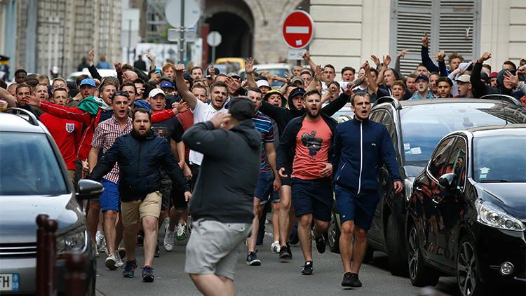 Los hinchas británicos en el centro de Lille (Francia)