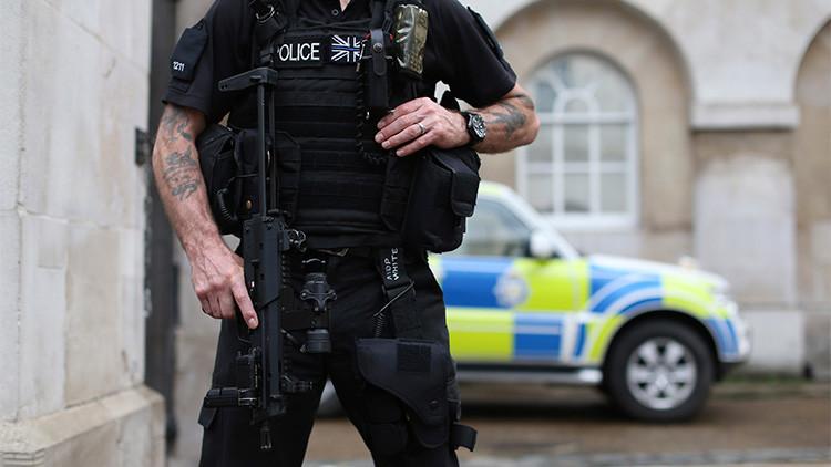 Un policía armado en Londres, Reino Unido