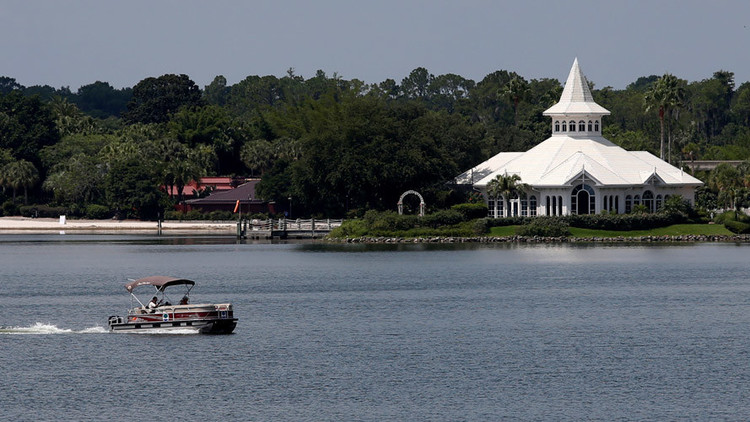 La Policía busca a Lane Graves, un niño de dos años que fue atrapado por un caimán en la Laguna de los Siete Mares, en el complejo Walt Disney World en Orlando, Florida, EE.UU.