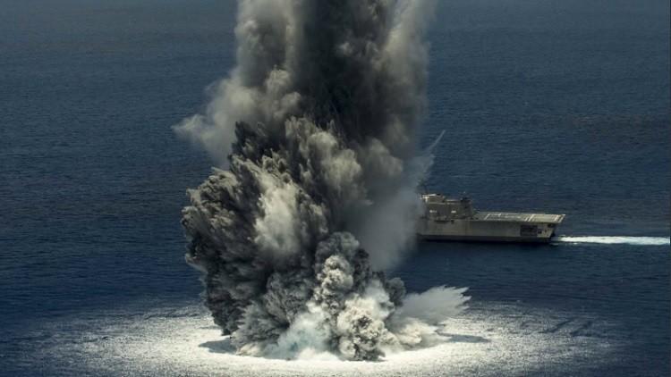 Un buque de EE.UU., sacudido por cuatro toneladas de explosivos