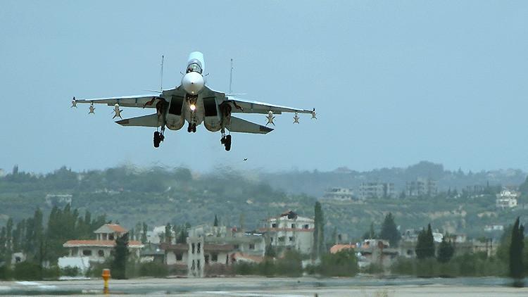 Un avión ruso Su-30 aterriza en la base aérea de Jmeimim en Siria