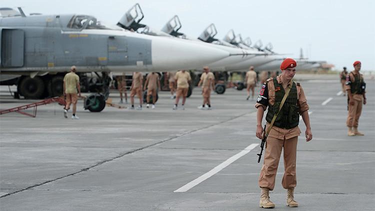 Militares rusos en su base aérea en Siria