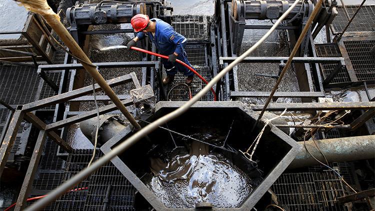 Un trabajador petrolero en una plataforma de perforación de PDVSA