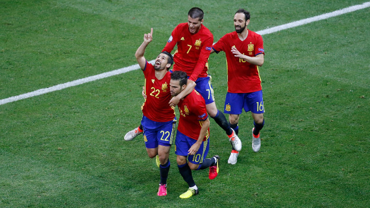 España golea a Turquía y se mete en octavos de la Eurocopa