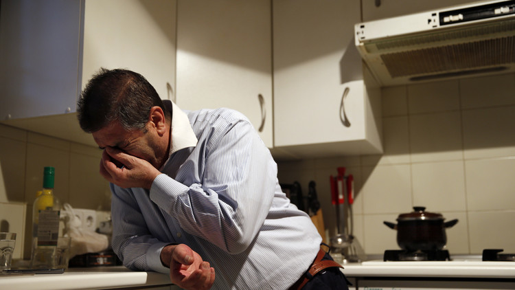 Andrés González Manzano, de 53 años, reacciona ante su desalojo en Madrid, España, el 3 de marzo de 2014.