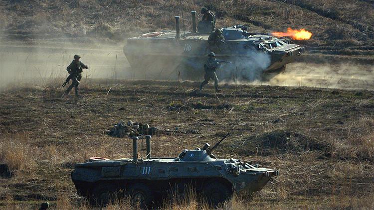 Soldados durante los ejercicios de la infantería naval de la Flota del Pacífico y la 5ª brigada de infantería mecanizada del Distrito Militar Este en el polígono de Klerk de la región rusa de Primorye.