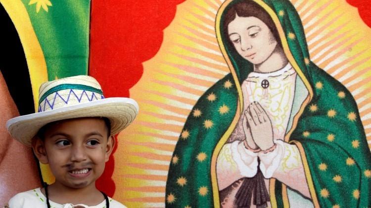 Un niño posa junto a una imagen de la Virgen de Guadalupe en San Salvador, el 12 de diciembre de 2009