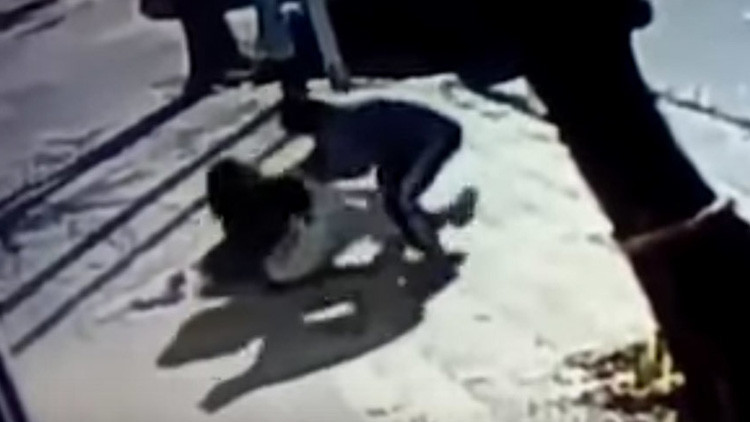 Brutal ataque: Intentan robarle una beba de tres meses a plena luz del día en Argentina (VIDEO)