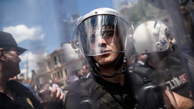 Policía turca dispersa con gases lacrimógenos una manifestación LGBT en Estambul