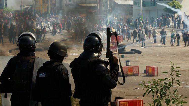 La policía se enfrenta contra maestros de la CNTE en Nochixtlán