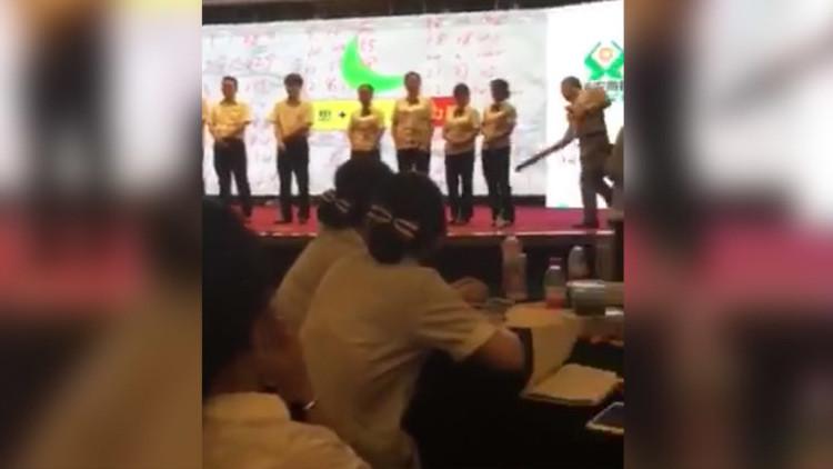 VIDEO: Empleados de un banco chino, azotados en público por mal desempeño en el trabajo