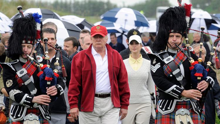 Un pueblo de Escocia recibe a Donald Trump con la bandera mexicana