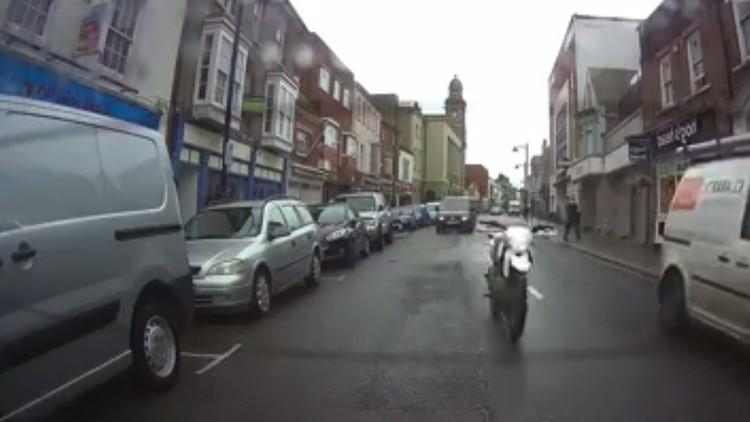 Extraño accidente: un hombre se cae de la moto y esta sigue avanzando