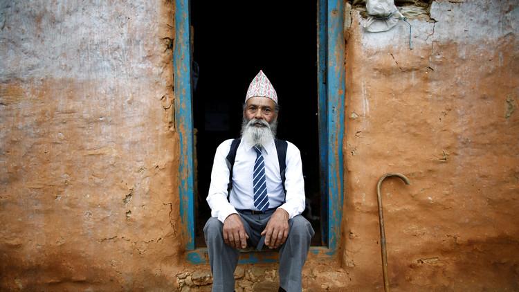 Durga Kami, un señor de 68 años que volvió a las aulas para terminar sus estudios.