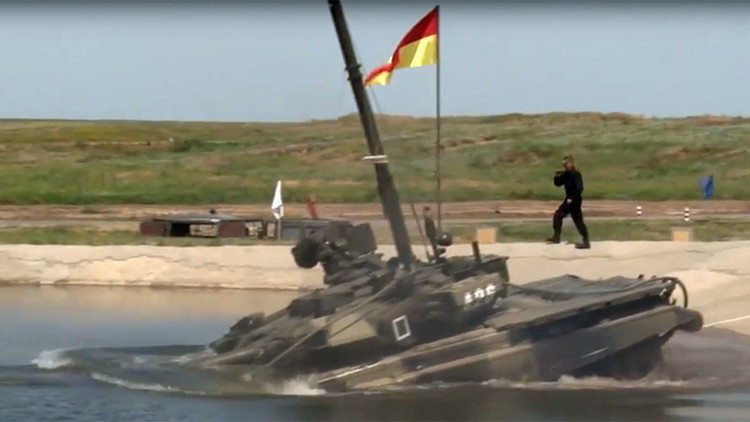 Tanques rusos muestran sus capacidades de navegación bajo el agua