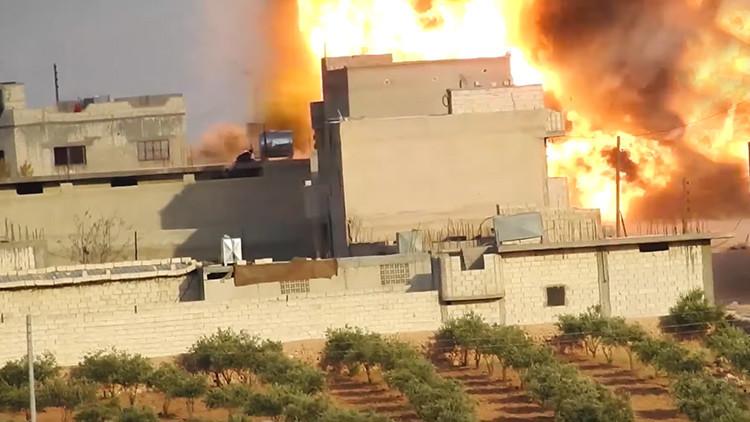 VIDEO: Terrorista suicida del EI embiste un coche bomba contra una posición kurda en Siria