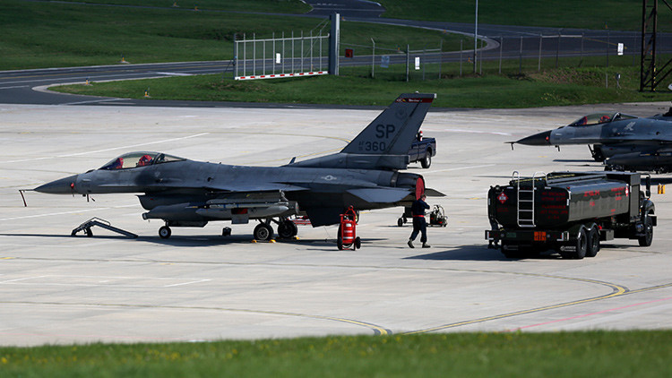 EE.UU.: Dos cazas escoltan a un avión en aterrizaje de emergencia por un pasajero problemático
