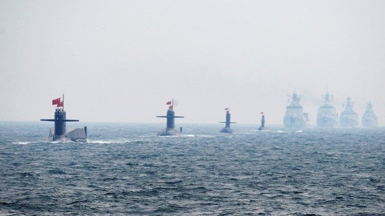 Cuatro submarinos chinos durante un desfile naval de la Armada china