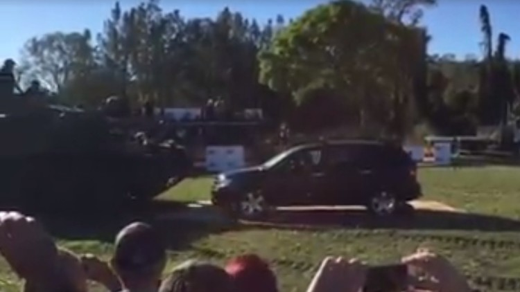 Un senador australiano aplasta un coche con un tanque