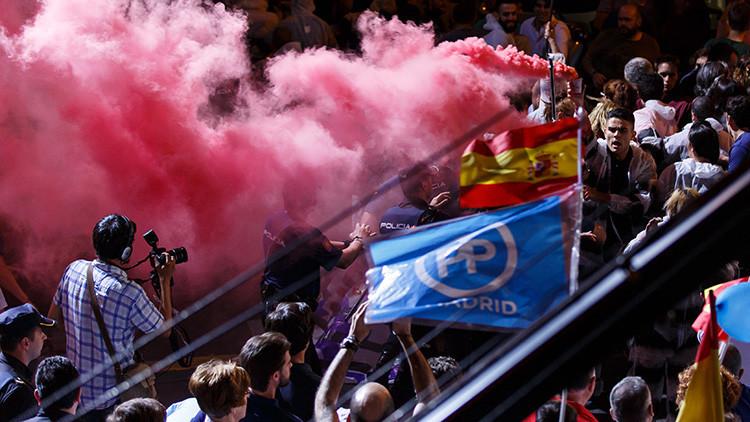 Video: Interrumpen el discurso de Rajoy con bengalas