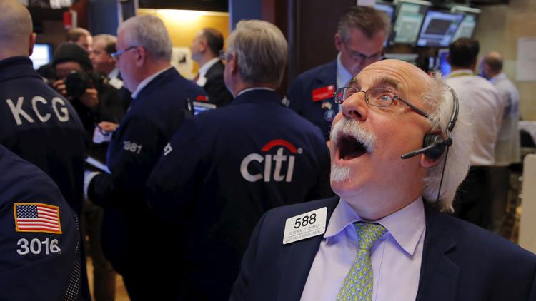 Foto ilustrativa. Corredores de bolsa trabajan en el piso de la Bolsa de Nueva York (NYSE) poco antes del cierre de la sesión. 4  de enero de 2016.
