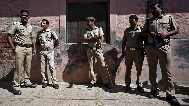 India: Dos policías se pelean violentamente por un soborno en público (video)
