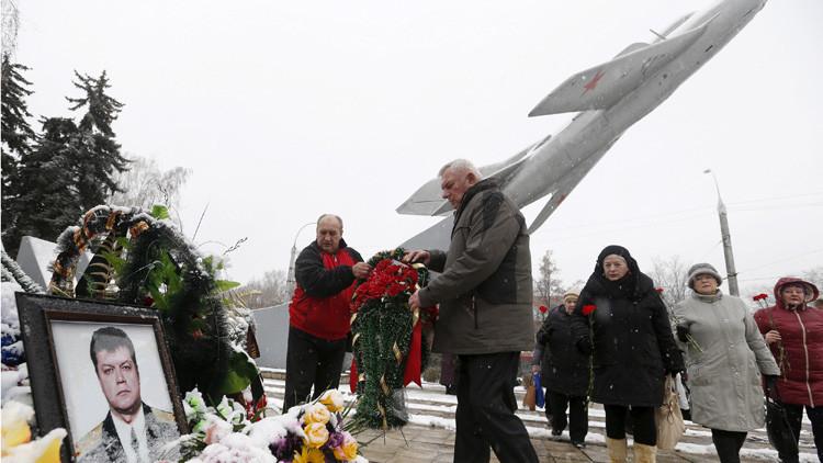 Personas colocan flores cerca del retrato de Oleg Peshkov, piloto ruso del caza ruso SU-24 derribado. Lipetsk, Rusia, 2 de diciembre de 2015.
