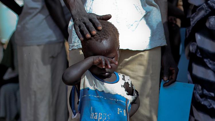 Un niño espera en una cola cerca de una clínica en el campo de refugiados de Doro, Sudán del Sur