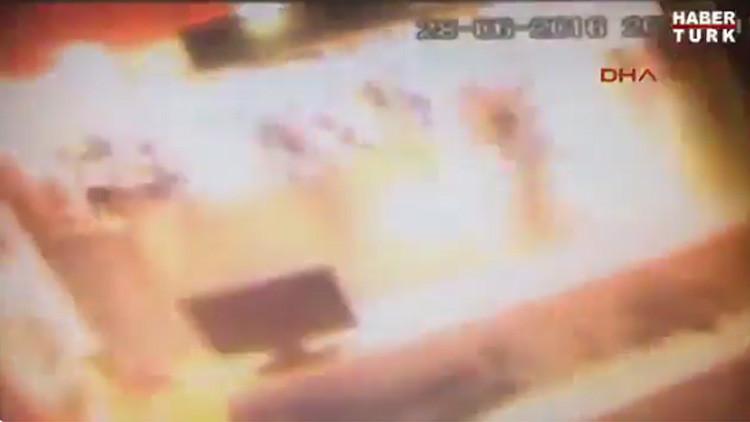 Aterrador video muestra el momento en que un terrorista se inmola en el aeropuerto de Estambul (18+)