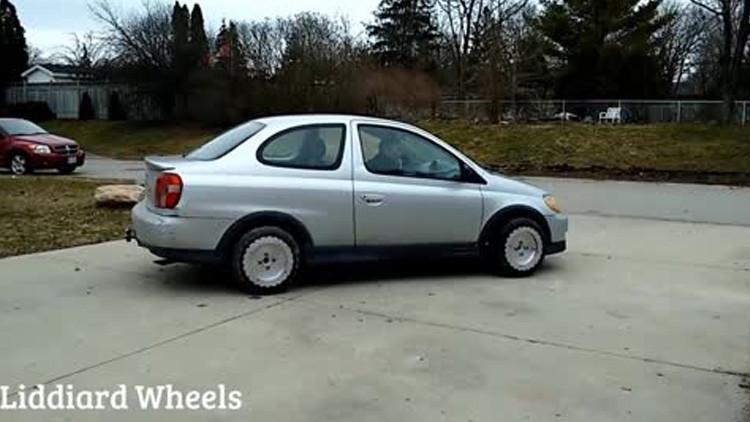 Video: Las ruedas que hacen girar un coche en cualquier dirección