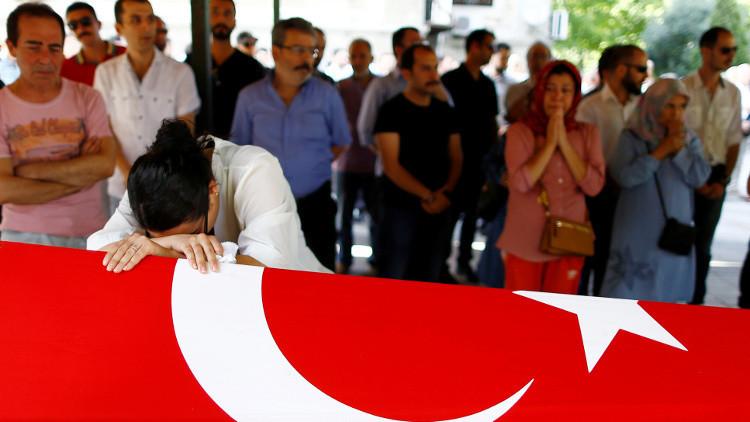 Una familiar de una de las víctimas del atentado en el aeropuerto de Estambul, 29 de junio de 2016