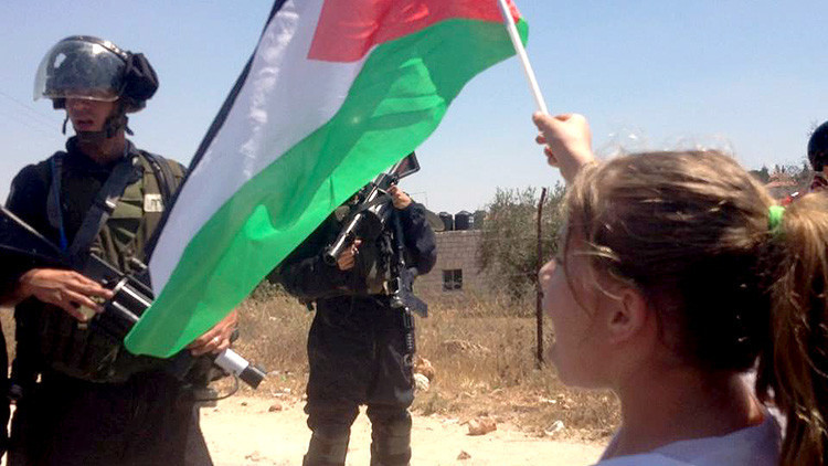 """""""No hay suficientes periodistas aquí"""": Una niña palestina graba con cámara las agresiones israelíes"""