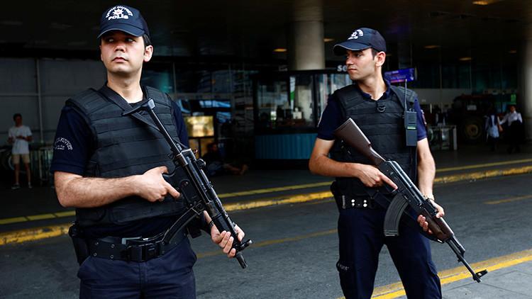 Difunden el video de uno de los terroristas de Estambul disparando contra un policía