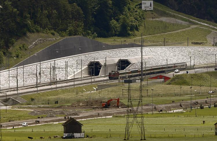 Un tren pasa al lado del túnel doble en Erstfeld (Suiza) el 31 de mayo de 2016.